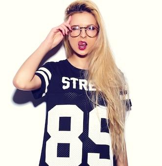 Высокая мода look.glamor стильный сексуальный улыбающийся красивая молодая блондинка модель летом спортивная одежда