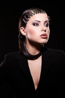 높은 패션 룩. 밝은 화장과 육즙이 입술 검은 자 켓에 아름 다운 갈색 머리 여자 모델의 초상화.