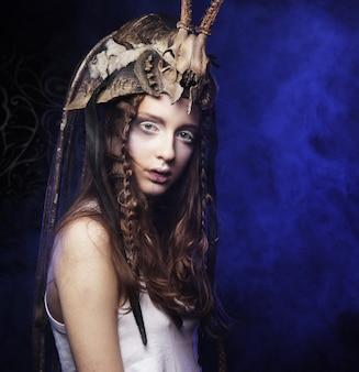 창의적인 헤어 스타일링과 밝은 메이크업으로 하이 패션 모델