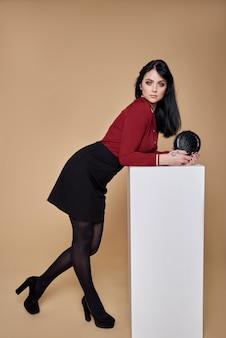 Высокая мода портрет молодой элегантной женщины.