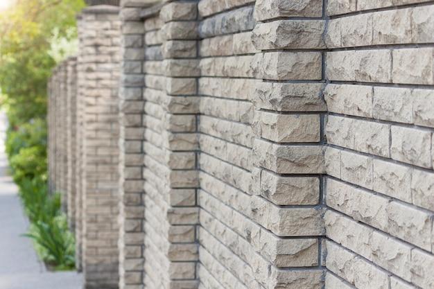 돌, 배경으로 만든 높은 울타리.