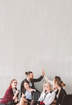 하이 파이브와 엄지 손가락. 성공을 축하하는 탈취 팀. 팀워크 협업 및 성과. 행복 하 게 웃는 동료.