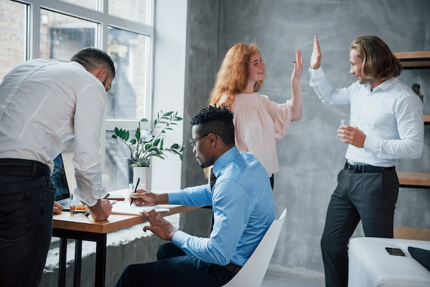 Дай пять. офисные работники загружены работой и пишут рутинные отчеты