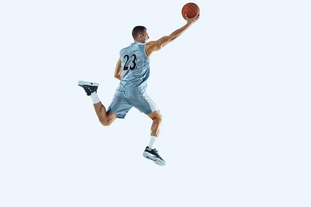 孤立したジャンプでアクションモーションでチームのハイフライト若い白人バスケットボール選手