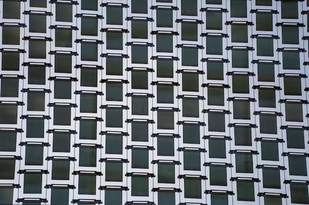 シンガポールの通りの高いガラスの高層ビル、クローズアップ