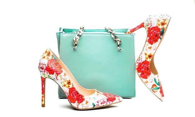 ハイヒールの女性の靴とバッグ。スタイリッシュな赤い女性の革のサンダルの靴。女性バッグ。レディースバッグとスタイリッシュな赤い靴。カラフルな革の靴の小剣。スタイリッシュなクラシックな女性の革の靴。