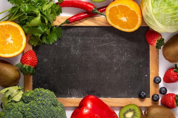 Высокое содержание витамина c в продуктах питания и доске, изолированных на белом фоне