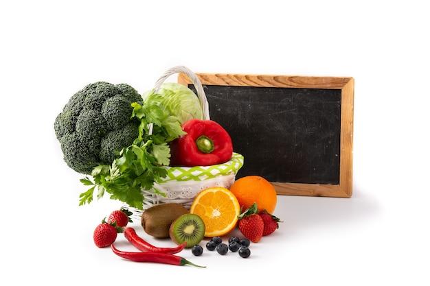 Высокое содержание витамина c в еде и доске, изолированной на белом