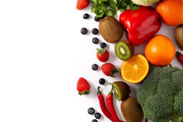 Высокое содержание витамина с в пище, изолированной на белом фоне. копировать пространство