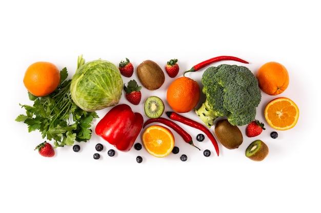 Высокое содержание витамина с в пище, изолированной на белом фоне. вид сверху