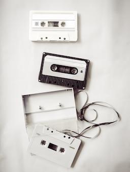 黒と白のヴィンテージテープカセットレコーダーのハイライト