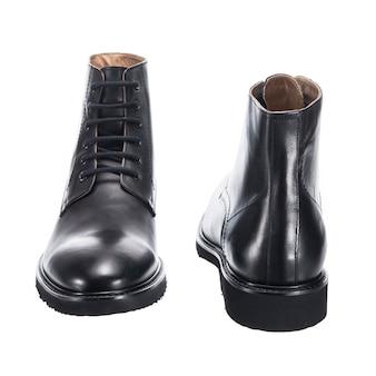 白い表面に分離された靴ひもを備えたハイレザーのクラシックなメンズシューズ
