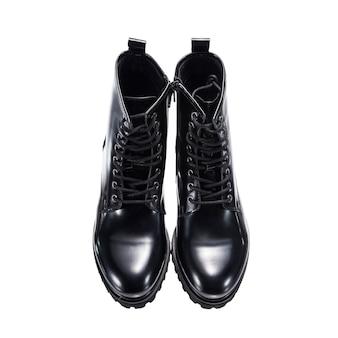 白い表面に分離されたハイレザーの光沢のある秋のブーツ