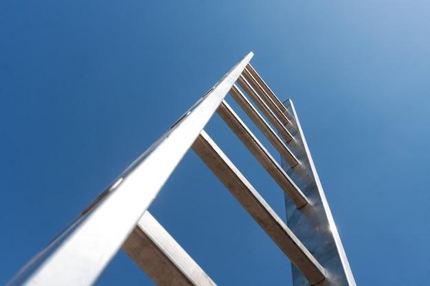 하늘로 이어지는 높은 금속 사다리