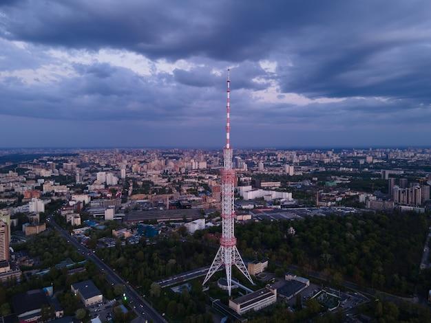 Высокая металлическая телебашня в городе