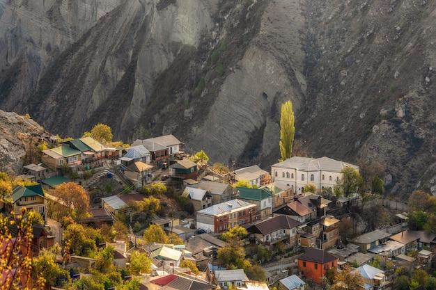 岩の上の高山の街。グニブの本物のダゲスタン山の村。ロシア。航空写真。