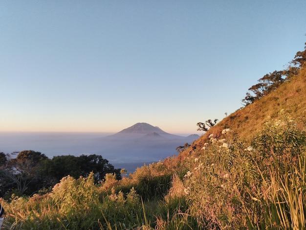 Высокая гора в утреннее время