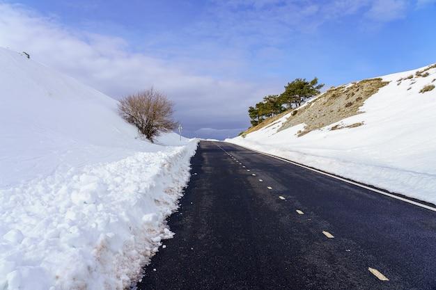구름과 푸른 하늘 높은 산악 도로. 모르 쿠 에라 마드리드. 스페인.
