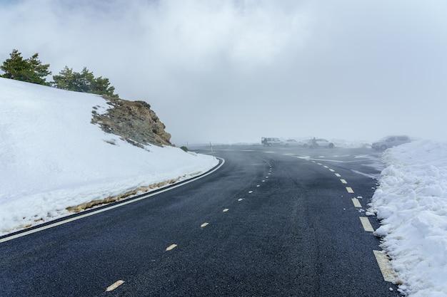 구름과 짙은 안개가있는 높은 산악 도로. 모르 쿠 에라 마드리드. la morcuera.