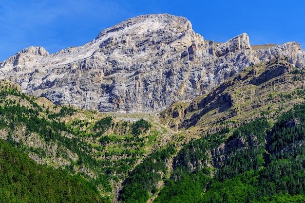 높은 산 정상, 피레네 오르 데사에서 수직 바위 벽. 불가능을 달성하는 도전을 극복합니다.