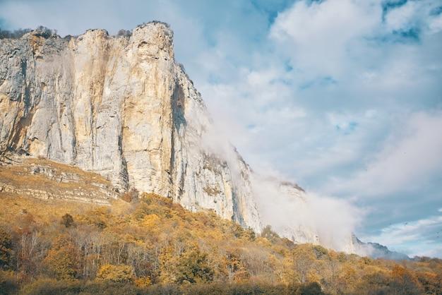 高山の風景は秋の冒険の新鮮な空気を揺るがす