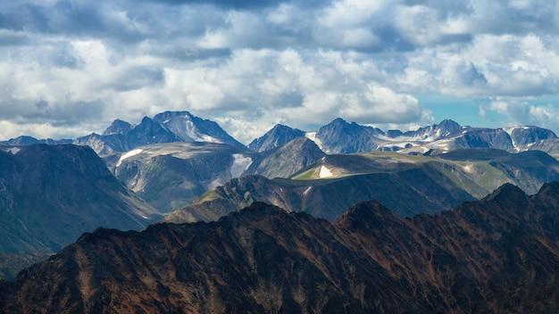 흐린 하늘, 추상적 인 배경에 대한 높은 산 범위
