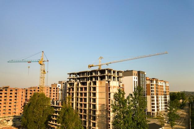 建設中の高層階の集合住宅