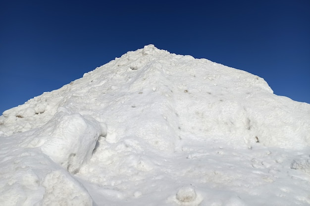 겨울 화창한 날에 하얀 눈의 높은 더미.