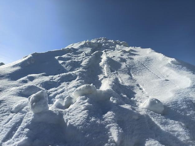 冬の晴れた日の白い雪の山。