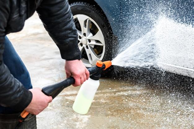 洗車機の泡による高圧自動車洗浄。