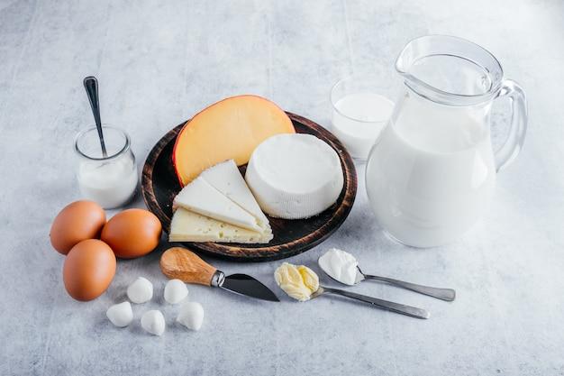 Молочные продукты с высоким содержанием белка, такие как коровье молоко, сыры, масло и яйца.