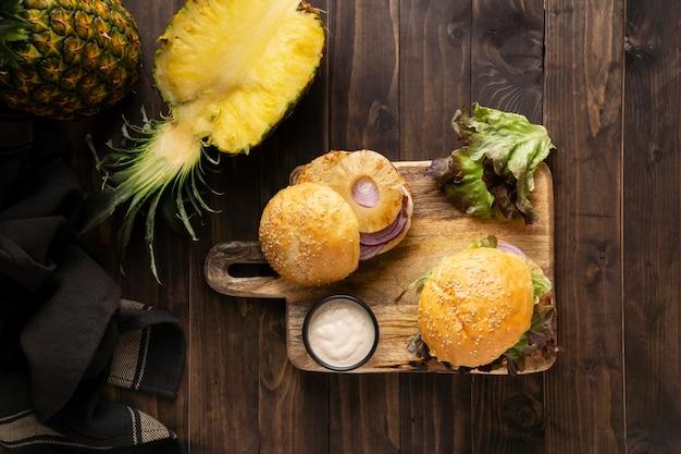 Primo piano di un pasto ad alto contenuto proteico di hamburger