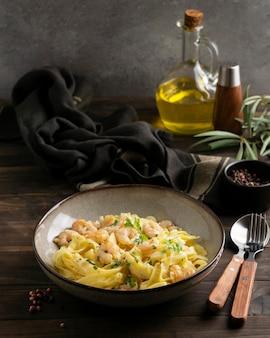 Primo piano di un pasto di pasta ad alto contenuto proteico