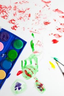 絵を描くための高品質の絵の具とツール、絵を描くための絵の具とアートブラシ、マルチカラーの絵の具のクローズアップ