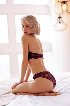 고품질 속옷. 섹시한 고품질 속옷을 입고 포즈를 취하는 전문 젊은 금발 머리 모델