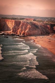 アルガルヴェ地方、ポルトガルの南西隅にあるサンビセンテケープ周辺の高い赤い崖