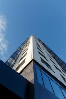 Высокое жилое здание на фоне ясного неба. вид снизу