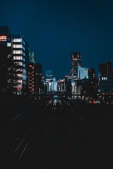 밤에 고층 빌딩