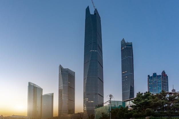 Пейзаж высотных зданий на улице циндао