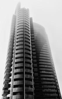 Grattacielo con vetrate alla luce del sole
