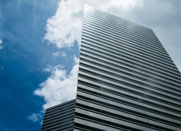 Высотные здания и голубое небо