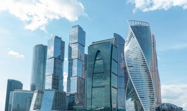 모스크바 비즈니스 센터의 고층 건물. 구름과 낮 하늘에 대 한 지구 모스크바 도시