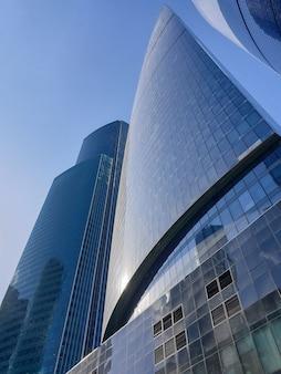 Высотные здания делового центра москвы. район москва-сити на фоне дневного неба