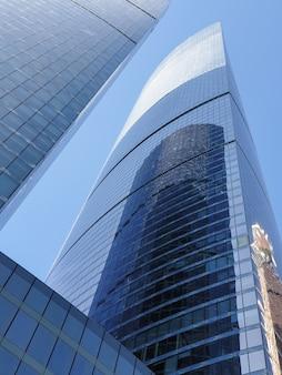 モスクワのビジネスセンターの高層ビル。モスクワ地区-昼の空を背景にした都市