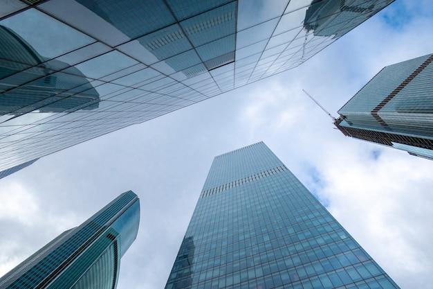 ロシアのモスクワ市の近代的なオフィスビルのビジネスセンターの高層ミラータワー