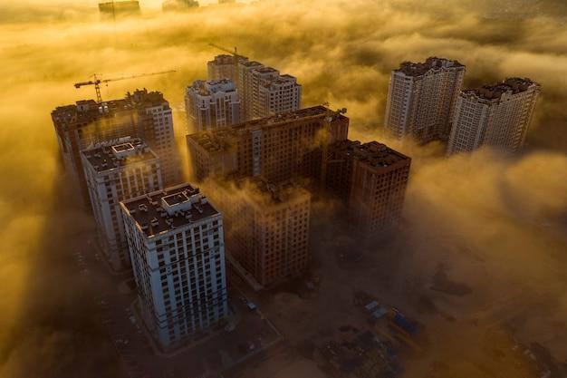 高層ビル、日光、朝の霧。空中