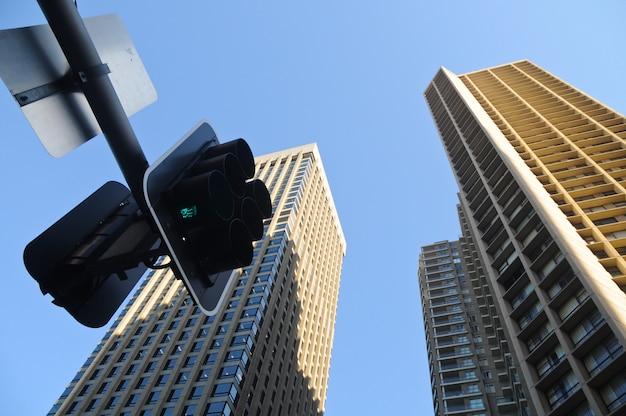 信号機のある高層タワー