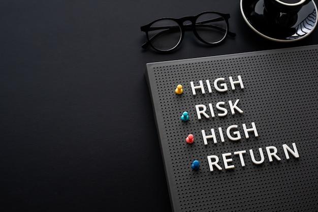 책상에 고위험 고수익 텍스트