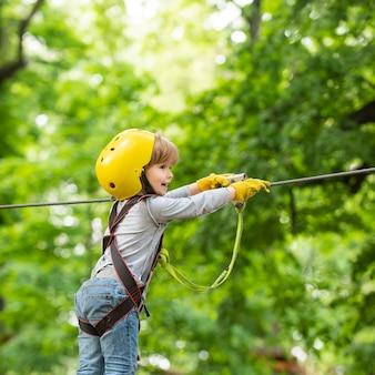 高いロープが歩きます。子。公園で木登りの子供。エコリゾート活動。ハイキングとキッズコンセプト