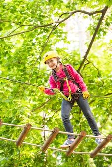 冒険活動で登る小さな子供を演じる子供のためのハイロープウォークヘルメット安全装置...